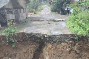 Jembatan Penghubung 2 Desa di Cianjur Ambles