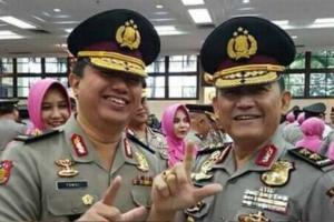 Viral Foto Perwira Tinggi Polisi Acungkan 2 Jari, IPW Bilang Begini