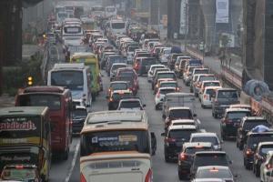 Bangkai Tronton Terbakar di Tol Jakarta-Cikampek Berhasil Dievakuasi