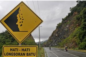 Jalan Raya Bandung-Cisewu Ditutup Sementara karena Longsor