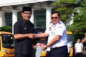 Gubernur Jawa Barat Hibahkan 17 Bus Sekolah