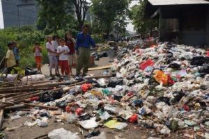 Tak Diangkut Petugas, Sejumlah Sampah di TPS Karawang Menumpuk