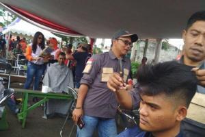 Tukang Cukur di Garut Galang Dana untuk Korban Tsunami