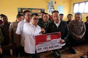 Mensos Beri Rp15 Juta untuk Ahli Waris Korban Longsor Sukabumi
