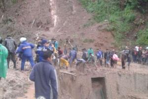 Jalan Provinsi Cisewu di Garut Tertimbun Longsor