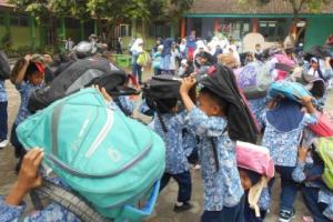 Anak SD di Garut Simulasi Mitigasi Bencana Gempa Bumi