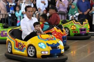 Ajak Cucu Main Boom-Boom Car, Jokowi: Masa Gitu Kampanye