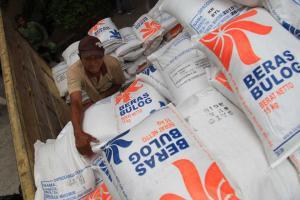 Stabilkan Harga, Bulog Cirebon Salurkan Beras ke Sejumlah Pasar