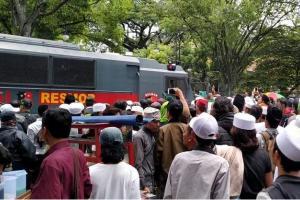 Usai Sidang, Mobil Tahanan Habib Bahar Sempat Dihalangi Massa