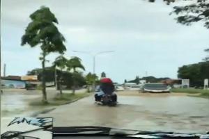 Air Sungai Cimanuk Naik, Jalan-jalan Desa Terendam Banjir