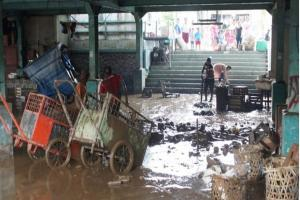 Pasar Jambu Dua Bogor diterjang luapan air Sungai Ciliwung