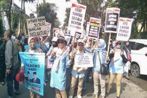 Relawan Prabowo-Sandi gelar aksi di depan Bawaslu Jabar