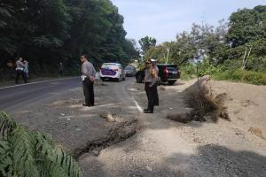 Jalan Nasional di Paseh Sumedang Ambles