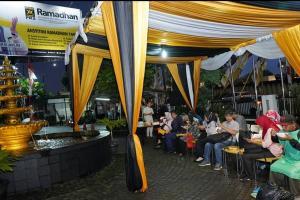 PKS Bagi Takjil dan Gelar Flashmob di Sawangan