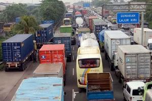 Bus dan Truk Diusir ke Arteri Saat One Way di Tol