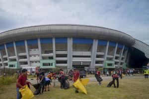 25 Komunitas Bersihkan Stadion GBLA
