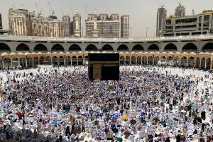 Ini Hukumnya Jemaah Haji Wanita Berdesakan Cium Hajar Aswad