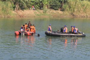 Evakuasi Bangkai Pesawat di Sungai Cimanuk Gunakan Drum
