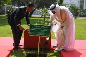 Putra Mahkota Abu Dhabi Tanam Pohon Damar di Istana Bogor