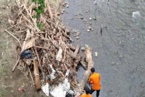 Tim Gabungan Bersihkan Sungai Ciliwung
