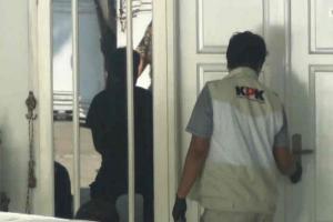 Penyidik KPK Geledah Rumah Bupati Indramayu