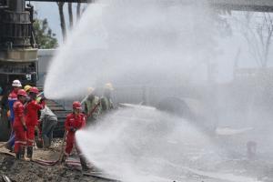 Pertamina Bersihkan Sisa Minyak di Lokasi Kebakaran