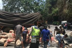 Dua Pedagang Asongan Tewas Tertabrak Truk Tronton