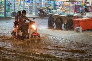 Banjir Sempat Putus Akses Jalan Raya Kamasan Bandung