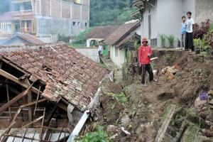 Rumah Kosong di Cihideung Bandung Barat Tertimpa Longsor