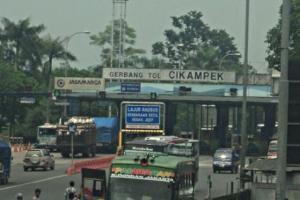 'One Way' Berlaku, Tol Jakarta-Cikampek Mulai Memadat
