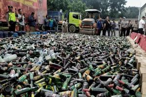 Ribuan Botol Miras Dimusnahkan Polrestabes Bandung