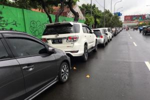 Cegah Mobil Hanyut, Warga Bekasi Parkir Mobilnya di Jalan Jenderal Ahmad Yani