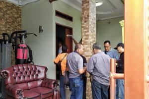 Petugas Inafis Periksa Rumah Ibu Penyanyi Rizky Febian di Bandung