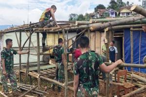 Terdampak Longsor, Warga Desa Cileuksa Terima Bantuan Tenda Bambu