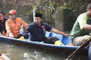 Wagub Jabar Serahkan Bantuan Logistik untuk Korban Banjir