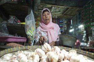 Stok Menipis, Harga Bawang Putih di Indramayu Naik