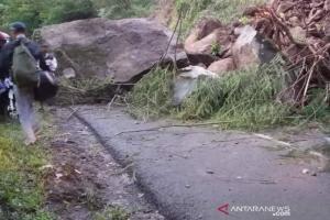 Jalan Raya Garut-Pameungpeuk Ditimpa Longsoran Batu