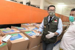 Petugas Distribusikan Bansos 4 Ton Telur dari Gudang Bulog Garut