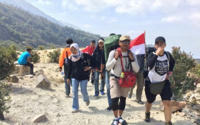 Pendaki Rayakan HUT RI di Gunung Papandayan