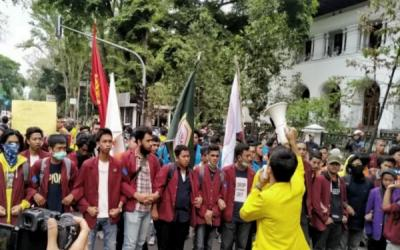 Mahasiswa Aksi di Depan Gedung Sate Bandung