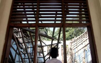 Siswa SDN Malangsari II Belajar Beratapkan Terpal