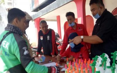 PDIP Garut Bagikan 'Hand Sanitizer' ke Pekerja Jalanan